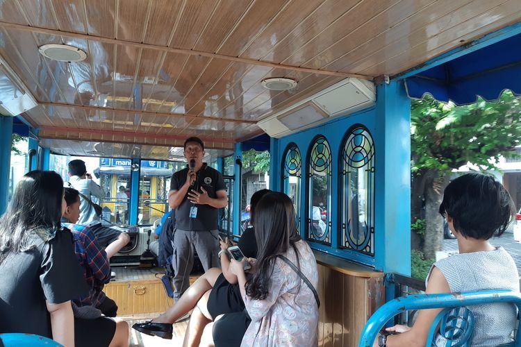 Pramuwisata Bus Wisata Bandros Bandung